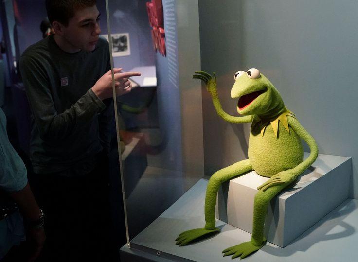 """""""Here is Kermit !""""                       Le Museum of Moving Image (MoMI) plonge dans l'univers du créateur du Muppet Show, de Sesame Street et de Fraggle Rock."""