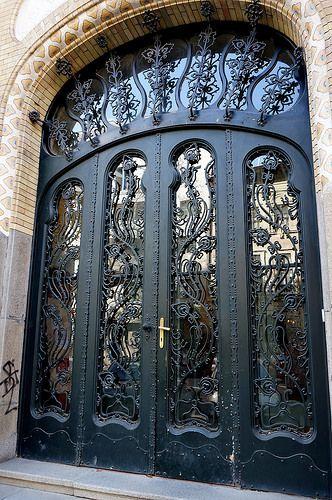 Budapest. Art Nouveau door