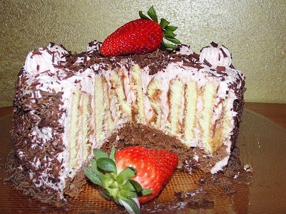 Tort-rolada  o smaku truskawkowym
