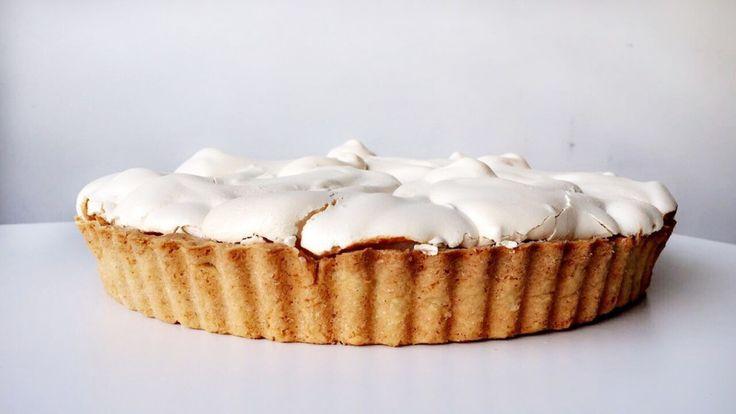 Paasmenu: citroen merengue taart De lente komt eraan, dat betekent een heerlijk zonnetje, de geboorte van lammetjes en kuikentjes, de eerste narcissen en natuurlijk paaseitjes zoeken! Wij sloven ons ieder jaar weer vol enthousiasme uit om een mooie tafel vol te zetten met heerlijke brunch items. Heb jij al nagedacht wat je gaat maken? De komende weken delen wij onze paasinspiratie. Vandaag deze heerlijke citroen merengue taart!