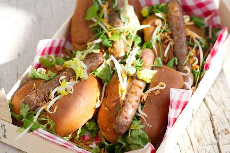 Dat zijn wat we noemen worstjes met pit. De rodecurrypasta door de mayonaise geeft deze hotdogs een typisch Thais extraatje - Recept - Allerhande