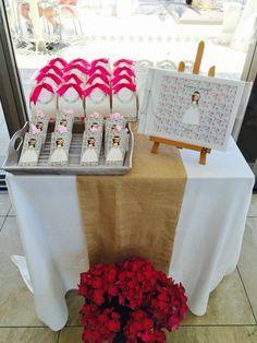 Detalle mesa regalos niños y libro de firmas