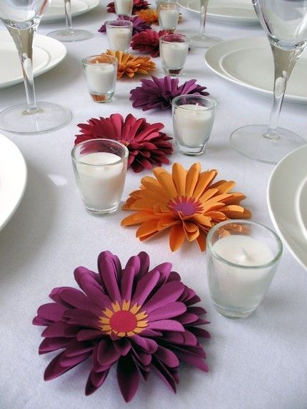 Decora la mesa con sencillas velas y preciosas flores de papel / Decorate the table with simple candles and paper flowers
