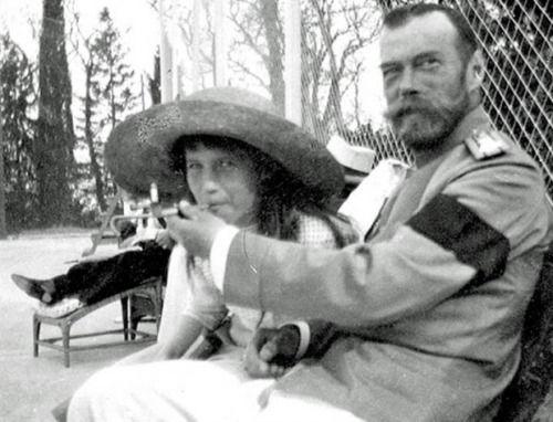 La principessa Anastasia fuma con suo papà, lo zar Nicola II (1916)