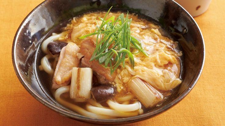 柳原 尚之 さんの鶏もも肉,ねぎ,冷凍うどんを使った「鶏とねぎのかきたまうどん」。鶏南蛮とかきたまをミックスした、豪勢なあったかうどんです!かきたまはかけ汁を取り分けた小鍋で別につくることで、すっきりと美しい仕上がりに。 NHK「きょうの料理」で放送された料理レシピや献立が満載。