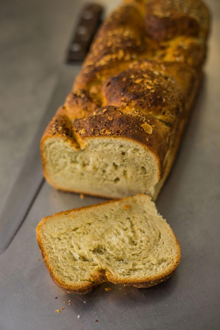 Zelf brood bakken? Dit recept voor zoet brood met amandelmelk, kokos en banaan is gemakkelijk te maken in eigen oven. Bekijk het recept en proef zelf