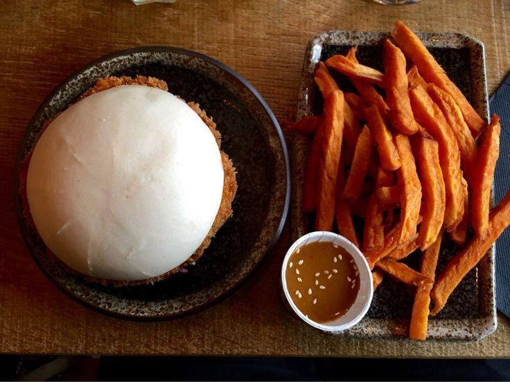 Bao Burger Kaï : Steak de poulet mariné et pané à la japonaise, sauce basilic/lait de coco, poivrons rouges confits, coleslaw ma