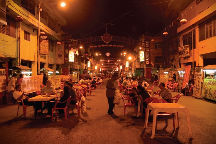 As the moon lights up Surabaya night sky, the Kembang Jepun Street is turned into a long stretching dining boulevard offering a large selection of the city's culinary delights.