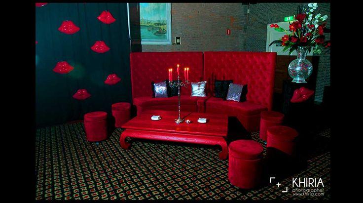 Bruiloft Olofskapel | Lounge, red lips, discobal vaas, bloemen, kandelaar, sfeer, decoratie, aankleding, flowers, decoration, red