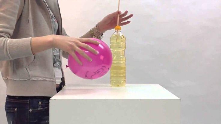 Con este experimento se demuestra que es posible atravesar un globo con un palillo sin que explote.