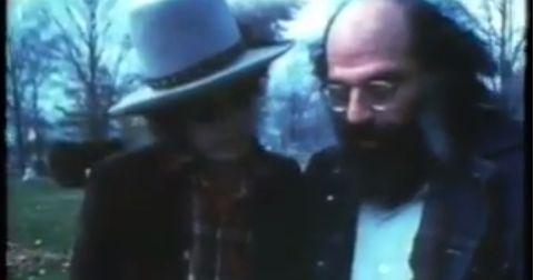 アメリカの偉大な「ビート・ジェネレーション」の詩人ジャック・ケルワックのお墓にボブ・ディランとアレン・ギンズバーグが訪れた記録映像です。 ケルワックは1969年に47歳で亡くなり、故郷ローウェルの墓地に埋葬されました。 二人は1975年に訪れ、ケルワックの詩集「メキシコ・シティ・ブルース」の中から一小節を読み上げていきます。 20世紀を代表する詩人の一人アレン・ギンズバーグ。 彼もまた、1997年、ニューヨークのイースト・ヴィレッジで亡くなっている。 ボブ・ディランのノーベル賞は音楽家としての文学賞初受賞は、もう一つにはケルワックやギンズバーグなどのカウンター・カルチャーの歴史を代表する受賞なのかもしれない---   Bob Dylan & Allen Ginsberg @ The Grave of Jack Kerouac youtu.be Allen Ginsberg & Bob...