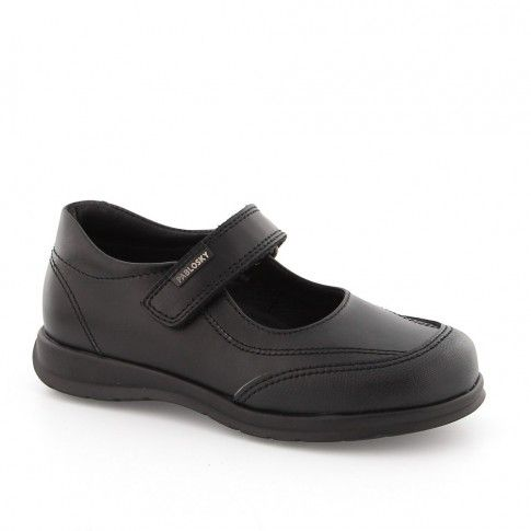 Pantofi negri, pentru fete, ideali de asortat cu uniforma scolara.
