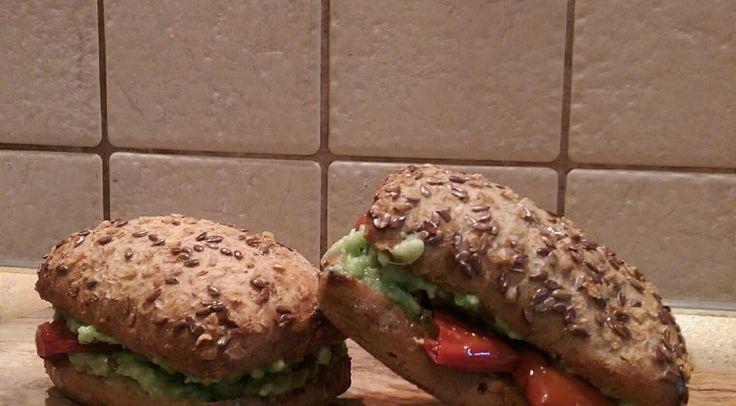 Сэндвич с авокадо и вялеными помидорами