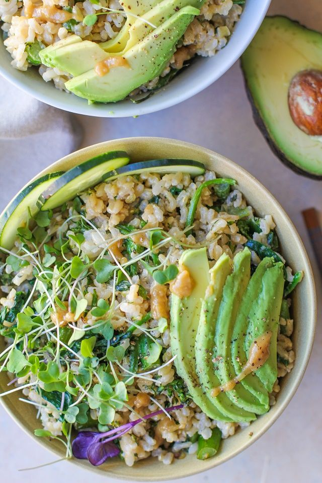 Bols de légumes Wasabi avec Broccolini, les épinards, le concombre, avocat, et la sauce wasabi crémeuse |  TheRoastedRoot.net #vegan #vegetarian #tahini #healthy #recipes