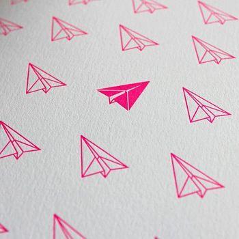折り紙の飛行機の線画を活版印刷したもの。1つだけ反転したデザインと蛍光ピンクのインクがとても映えます。