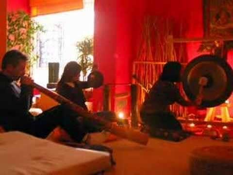 Musica para dormir  Muitos estudos provaram que ouvir música antes de ir dormir ajuda a relaxar e consequentemente a combater as insónias, mas cuidado com o que ouve.