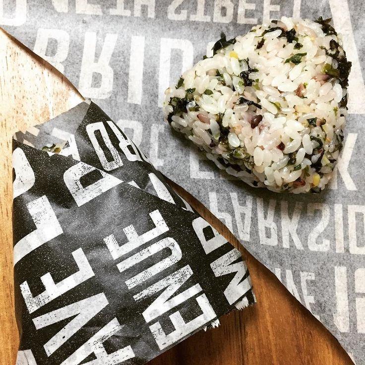 Ran out of plastic wrap but these baking sheets will do! ラップなくなっちゃったけどベーキングシートでもOK  #riceballs #onigiri #bento #bakingsheet #wrapping #packagingideas #おにぎり #おむすび #お弁当 #ベーキングシート #クッキングシート #包装 #パッケージング