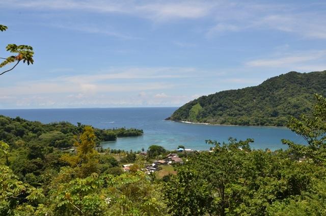 """La bahía de Sapzurro que en lenguaje kuna significa """"Bahía profunda"""" , es la última de Colombia hacia el norte en la frontera con Panamá, su tranquilidad y la alegría y amabilidad de su gente, te darán la sensación que el tiempo está detenido, allí nada pasa. El plato típico es el pargo rojo que es pescado por los lugareños en la madrugada y servido a los turistas con patacón y arroz con coco, con toda exquisita sazón del lugar."""