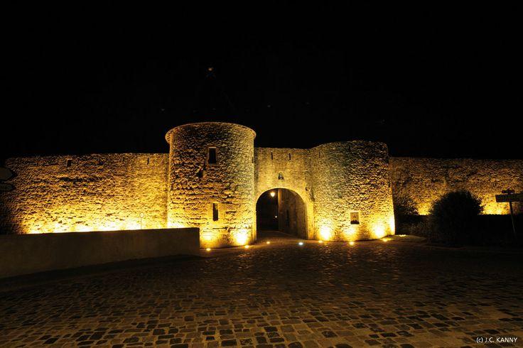 Rodemack   (Moselle Lorraine)  Au pays des « Trois Frontières », aux confins de la France, de l'Allemagne, d'où elle n'est éloignée que de 20 km, et du Luxembourg (6 km), Rodemack est baignée de cette triple culture. Surnommé la « Petite Carcassonne Lorraine », le village est encore entouré de 700 m de remparts datant du XVe S et l'on y pénètre par la porte fortifiée de Sierck, construite par les habitants eux-mêmes au XIVe S.
