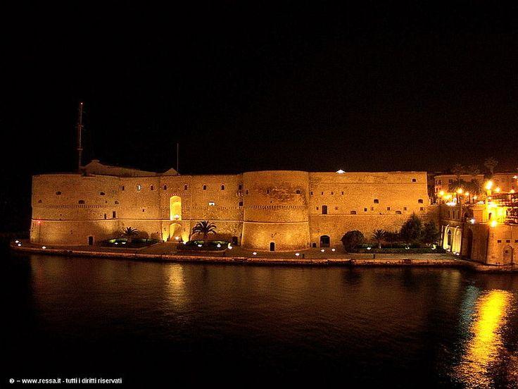 File:Castello Aragonese Taranto notte.jpg