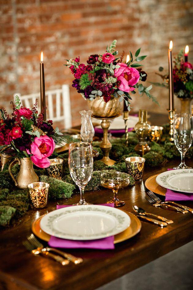 Elegante decoração rustica dourado e cores fortes.