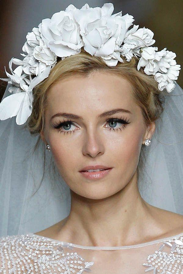 Wer an seiner Hochzeit mit extra-langen Wimpern auftrumpfen will, kann auf künstliche Wimpern zurückgreifen. Beim Braut Make-up von Pronovias wurden die