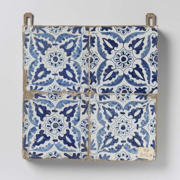 Anonymous   Veld van vier tegels met rozetten, Anonymous, c. 1600 - c. 1630   Veld van vier tegels (2 x 2) elk met een blauw geschilderde rozet omgeven door bladeren in de vier hoeken. Langs de randen, een halve rozet.