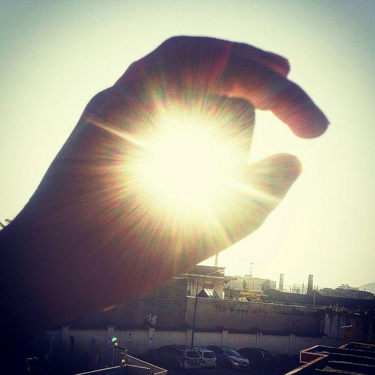 Ci sono momenti che si possono incidere nel cuore,  attimi che possono regalare un sorriso o che possono rendere nulla chilometri di distanza,  come immaginare di poter catturare un raggio di sole per donarlo a chi ci sta a cuore... i regali più belli non stanno nelle cose materiali.  #unbuonlibro #donnecheleggono #grandilettori #feltrinelli #unlibroalgiorno #mondadori #ilsognodibrandon #vivosolodilibri #vitadareaders #frasi #idee #recensioni #sun #sunshine #achiappartieni #acchiappasogni