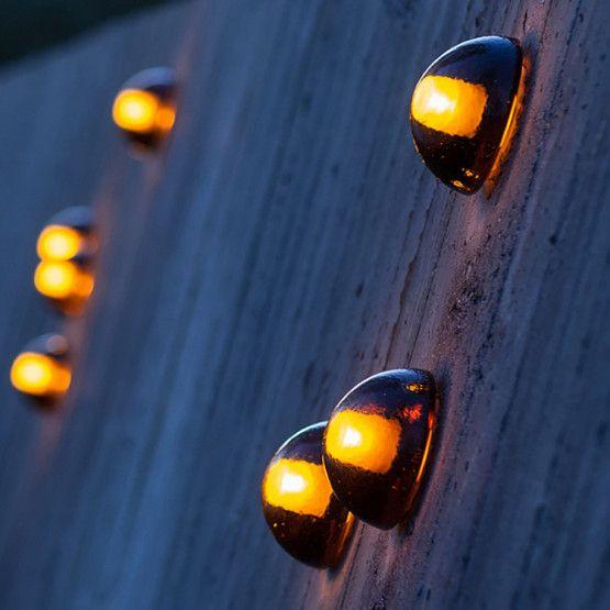 Serie 14 van Bocci werd ontworpen door de Canadese architectOmer Arbelenbestaat uit glazen halve bollen. Deze muurlampen zijn met de hand geblazen en geboord, waardoor iedere bol uniek is. Zowel individueel als in cluster zijn het subtiele verlichtingselementen. Je kan er verschillende sferen mee creëren: intiem, kaarslicht evenarend, of feller licht voor in de leeshoek. 14s is verkrijgbaar met een mini montageplaat(⌀ 5,5 cm) of een grote, verfbare, montageplaat(⌀ 11,5 cm).