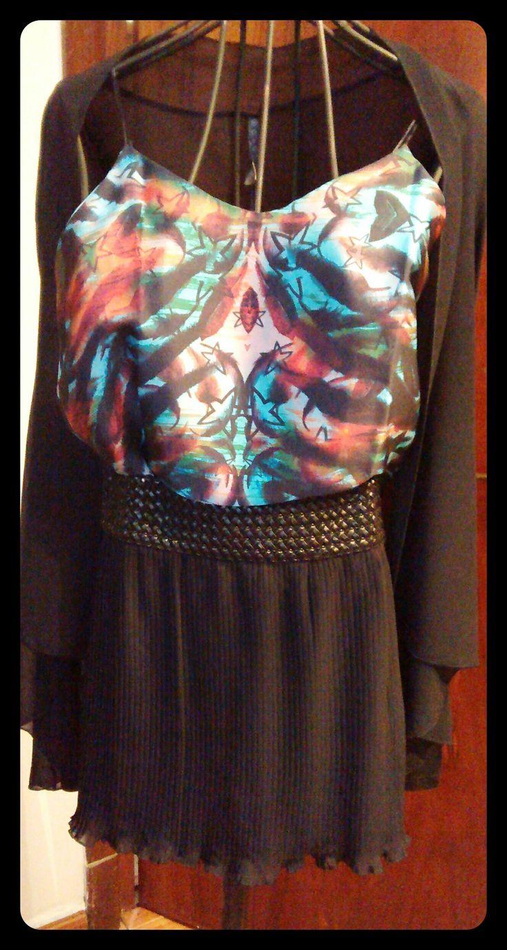 Para una noche de primaveral: falda plisada con cintura tejida, blusa de satén y saco de gasa. LOOK PERFECTO!