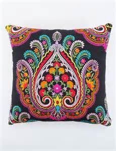 CHANDANA kudde svart | Pillow | Pillow | Kuddar | Inredning | INDISKA ...