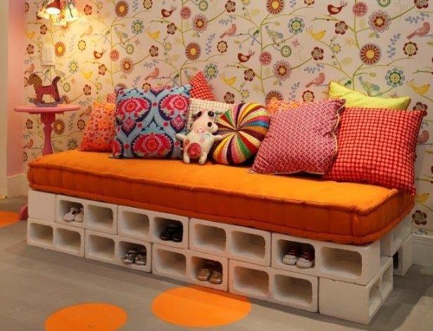 Sofá-banco hecho con bloques de hormigón pintados de blanco • Concrete clocks bench-sofa #DIY