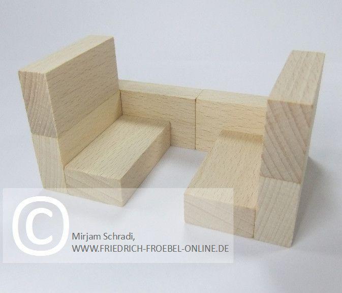 Zugabteil aus Holzbausteinen natur mit Spielgaben nach Froebel (Spielgabe 4)