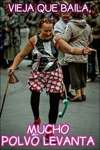 Al indicar que la vieja arrastra los pies al bailar, ironiza aquellas personas que hacen cosas impropias de su edad.