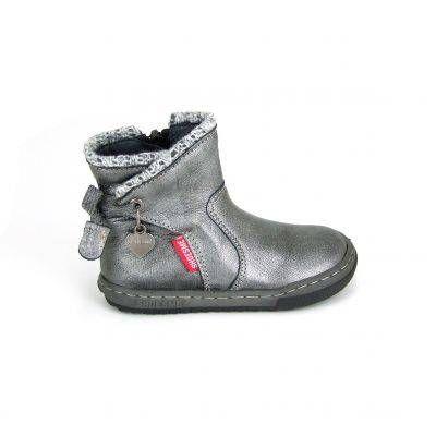 Lieve halfhoge kleine meisjes laarsjes van Shoesme, model EF3W106-A! Deze laarzen zijn uitgevoerd in metallic zilver kleurig gladleer. De schacht loopt rond weg en is afgezet met een gebreide grijze rand. Aan de buitenkant een grijze strik waaraan leren uiteinden. Aan de zijkant van de laarzen een hartvormig bedeltje waarop het logo van Shoesme. De loopzool van deze laarsjes zijn extra flexibel uitermate geschikt als opvolger voor de eerste babyschoenen. Aan de binnenkant van deze meiden…