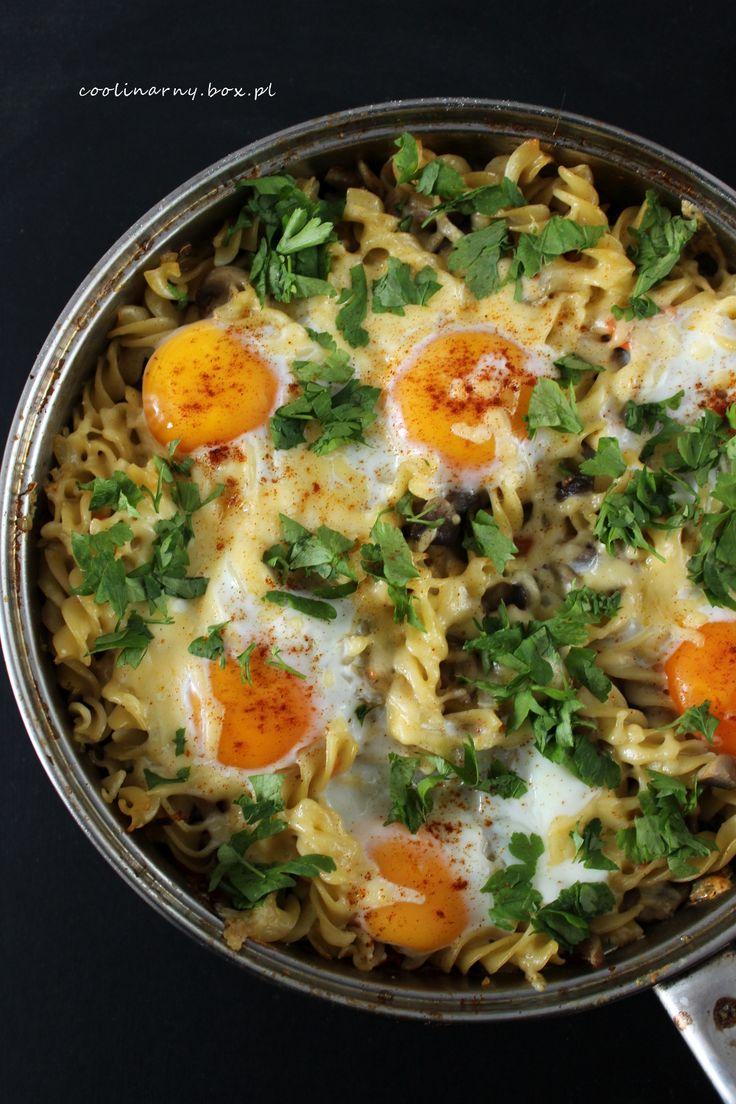 Jajka zapiekane z makaronem i pieczarkami