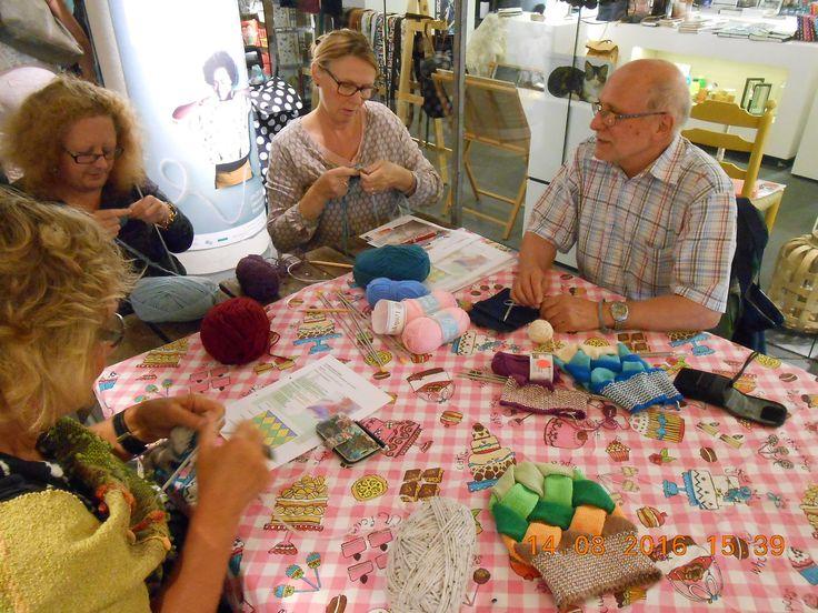Ja mannen houden ook van breien! Volg tijdens KNIT&KNOT een workshop van de mannelijke brei expert Jan Nauwelaerts. Hij geeft een workshop in Entrelac Breien, dus schrijf je snel in op www.knitenknot.nl