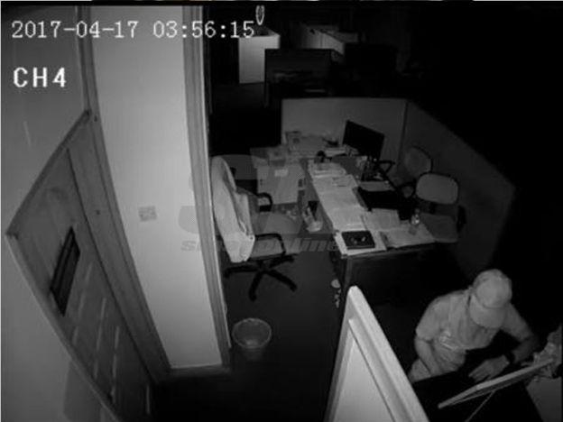 Pejabat MB Kelantan dipecah masuk duit hilang   Pejabat MBKelantan dipecah masuk mengakibatkan sejumlah wang milik kakitangan di Kompleks Kota Darul Naim tersebut hilang.  Pejabat MB Kelantan dipecah masuk  Setiausaha Sulit Menteri Besar Ahamd Syazwan Muhammad Hassan berkata kejadian tersebut disedari kira-kira jam 7.50 pagi tadi setelah beliau tiba di pejabat tersebut dan mendapati dokumen berselerak.  Setelah diperiksa ada kesan umpil pada laci dan rak besi. Bilik pegawai dan kakitangan…