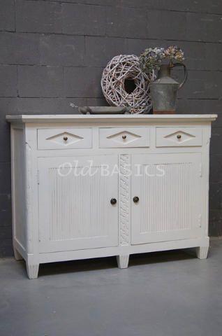 Zweedse commode 10031 (wit) - Stevigdressoir in Zweedse stijl. De kast heeft bijzondere detailleringen. Achter de deuren zit een legplank in het midden. Ook geschikt als commode!