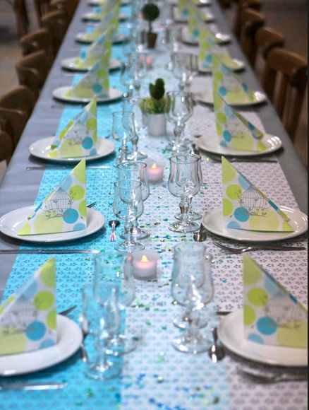 Table de communion avec un joli pliage de serviette, en forme de pointe, pour donner du volume à la table www.mesabella.fr