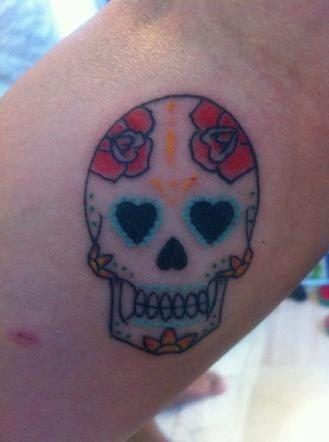L'ultimo tatuaggio della Pellegrini, un teschio messicano sull'avambraccio, fatto assieme all'attuale compagno Filippo Magnini, che invece si è tatuato un calimero sull'anca.