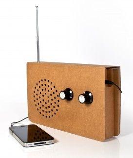 De Cardboard Radio van Suck UK is een originele radio, ontworpen om maximaal recyclebaar te zijn. #recycle #recycling #radio #cadeau #mannen #sinterklaascadeau #kerstcadeau #verjaardagscadeau #gadget #vaderdag