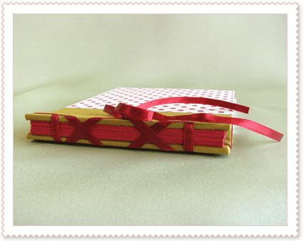 mini-álbum de bolinhas - lombada by a encadernante, via Flickr