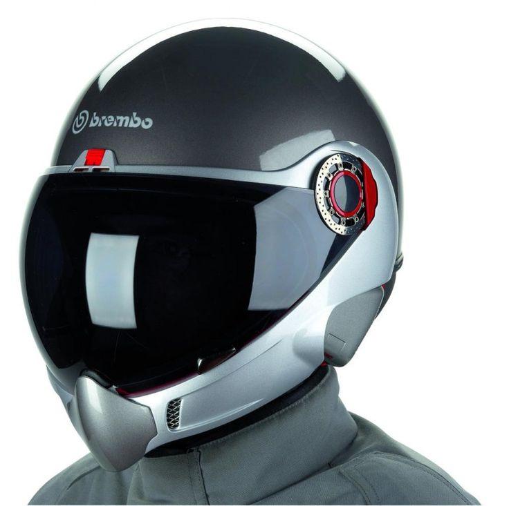 El diseño del casco es muy redondeado, con una gran visera de burbuja, estilo casco de piloto de avi