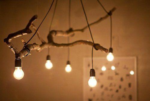 Denken Sie kreativ und folgen Sie dem Motto: ''Etwas aus dem Nichts erschaffen''.Gebrauchen Sie die gefallenen Äste..Selbstgemachte Kronleuchter aus Zweigen