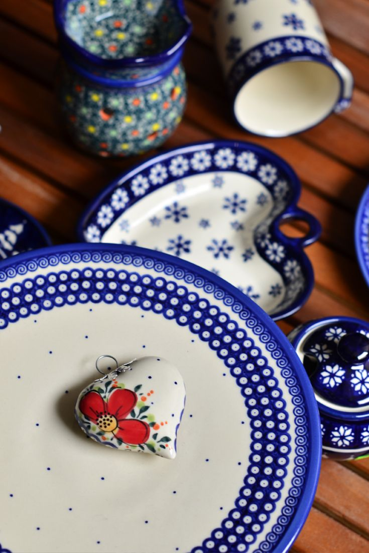 Made of natural ceramic clays, hand formed and hand decorated by Bolesławiec artist.