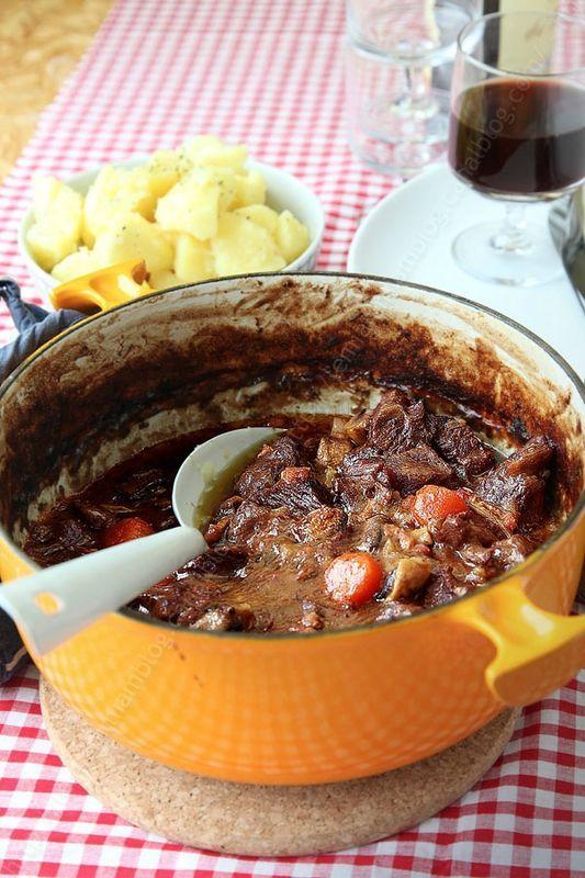boeuf bourguignon  - 40 g de beurre doux - Un filet d'huile (tournesol, colza ou arachide) - 2 petits oignons (soit +/- 100 g) - 200 g de lardons non fumés (que vous pouvez remplacer par du lard) - 600 g de boeuf à braiser - 30 g de farine - 30 cl de bouillon de boeuf (jai utilisé un sachet de bouillon Ariaké infusé dans 30 cl d'eau bouillante) - 30 cl de vin rouge (un Bourgogne est tout recommandé) - 2 carottes (soit +/- 250 g) - 1/3 de branche de céleri - 1/2 c. à café de laurier…