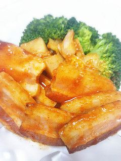 無添加ベーコンの美味しい食べ方   ベーコンをキムチで漬けるだけ! 丸一日!   焼いたモノと、焼いてないモノ 焼いてない方が辛さは和らぐ。   日本酒が飲みたくなる!
