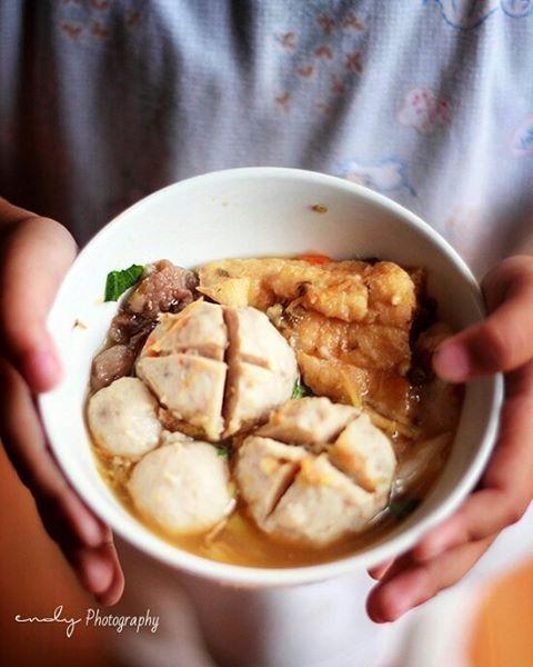 Meatball soup with brown tofu Good night peeps!  #foodie #foodstagram #foodadventure #Indonesianfood #spicyfood #dancing_tongue4food #noodlesoup#food #foodphotography #foodstyling #foodshare #vscofood #vscocook #foodcoma #instafood #gwstarving #eatandtreats #feedfeed #thefeedfeed #f52grams #food52 #nomnom #beautifulfood #hautecuisines #beautifulcuisines #delicious #Bakso
