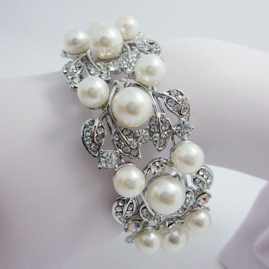 Mooie armband met parels en strass in bloemen vorm